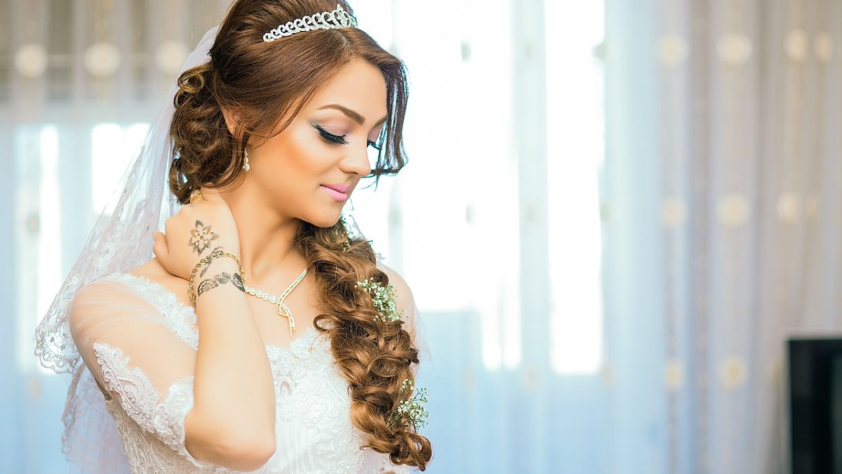Wedding Day Hairstyles: How to Choose it Suitably?